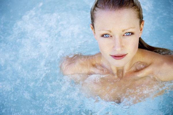 Nem kell lemondanunk télen sem a fürdőzésről, sőt. A hideg évszakokban még nagyobb élmény